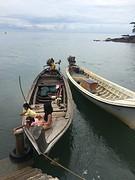 Meisjes op de boot bij de pier