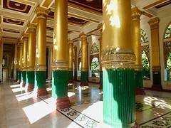 Een van de vele tempels van Shwedagon