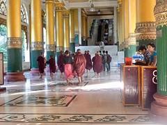 Novice monniken op weg naar de roltrap