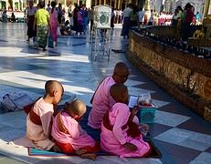 Jonge novicen in gebed