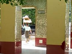 Vrouw met mand in Setkyatiha Paya