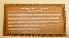 En de uitleg van de bronzen beelden