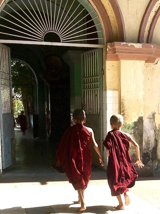 Twee jonge monikken