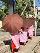 Drie vrouwelijke monnikken achterzijde