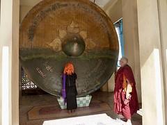Monnik en vrouw bij gong
