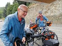 Vader en zoon op de fiets door Chili