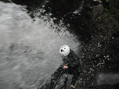 Abseilen van 45m waterval / Freies Abseilen vom 45m hohen Wasserfall
