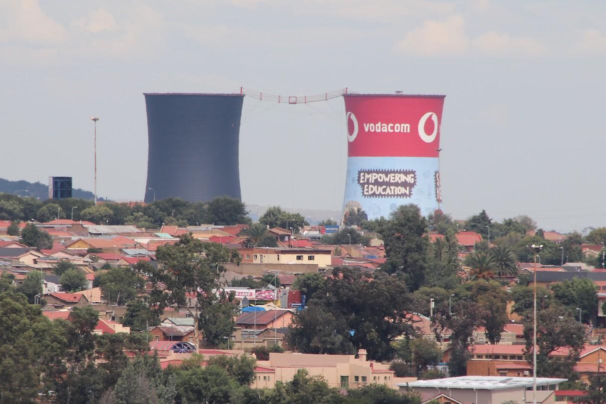De bekende koeltorens van Soweto