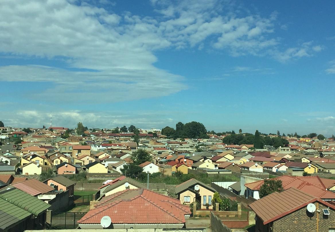 Uitzicht over een welgestelde wijk in Soweto