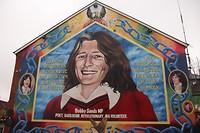 Muurschildering van Bobby Sands op de muur van het Sinn Fein kantoor