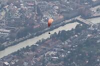 Paraglider boven de stad