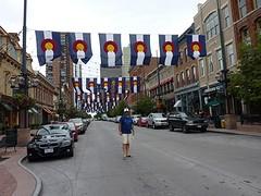 In Larimerstreet, zijstraat van 16th mallstreet met de vlaggen van Colorado
