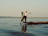 Visser op het Inle meer.