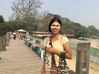 Jonge vrouw op de U Bein brug.