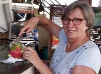 126.Dorine snijdt dragonfruit