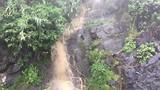 Zware regenval kleurt de watervallen bruin.
