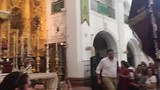 Aankomst van een Hermandad bij het beeld van de Heilige Maagd in de kerk.