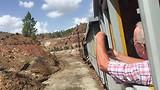 In de trein door vreemd landschap van Río Tinto