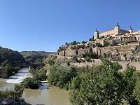 Toledo vanaf de kleine rondweg aan de andere kant van de rivier.