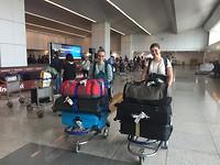 Alle koffers zijn meekomen met beide vluchten, op zoek naar de chauffeur.