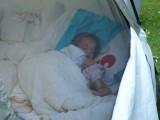 Schone slaapster in ons tentje met raam