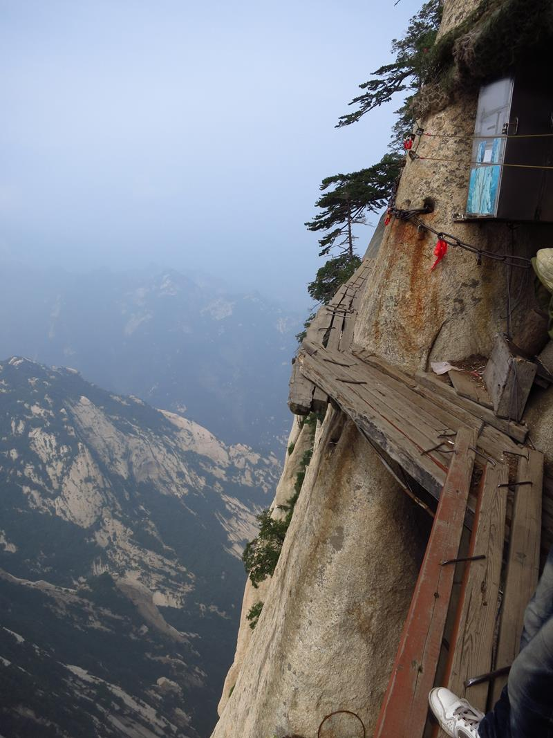 Forget The Hiking Tours - 25 Breathtaking Pictures From The World's Most Deadly Hiking Trail-12