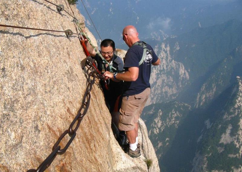 Forget The Hiking Tours - 25 Breathtaking Pictures From The World's Most Deadly Hiking Trail-14