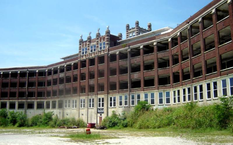 Every now and then, somebody has been brave enough to take a peek inside the Waverly Hills Sanatorium. That's not a good idea.