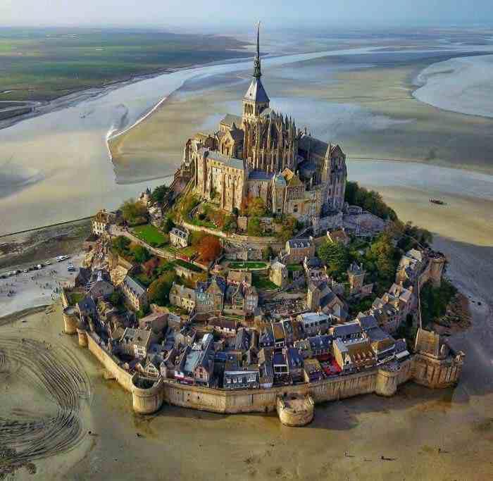 بالاترین: مون سن میشل قلعه ای در جزیره ای سنگی در ساحل شمال غربی فرانسه