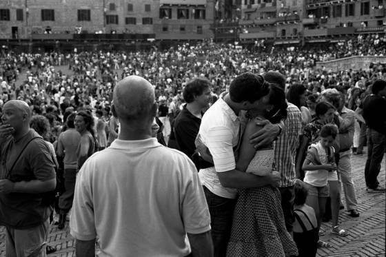 Kiss in the piazza