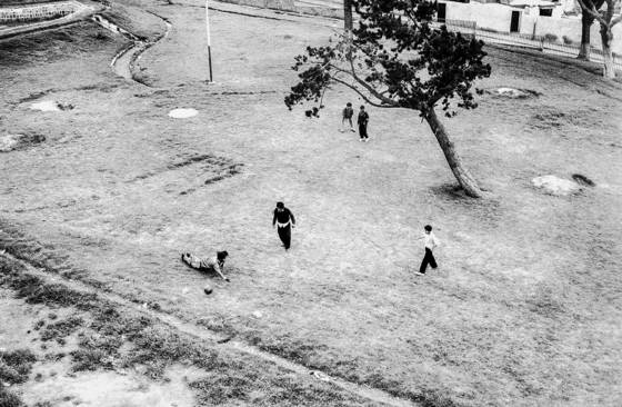 Kids kicking the futbol