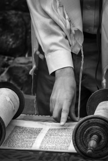Rabbi reading the torah qasrin synagoge bw 1041