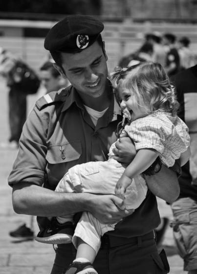 Soldier carrying his daughter kotel