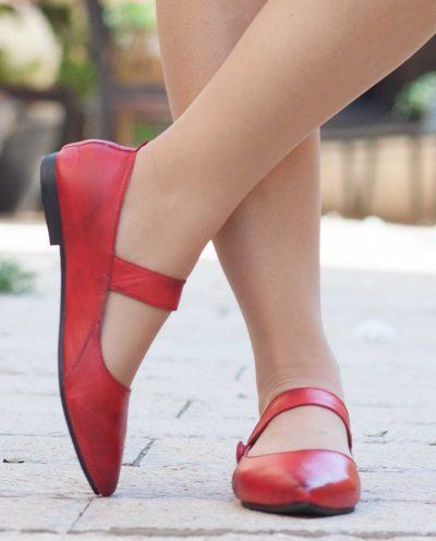 נעלי עור אדומות