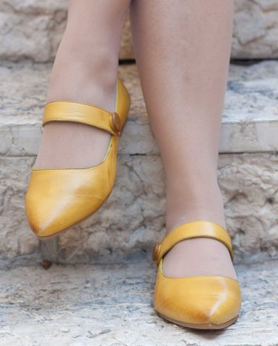 נעלי עור צהובות