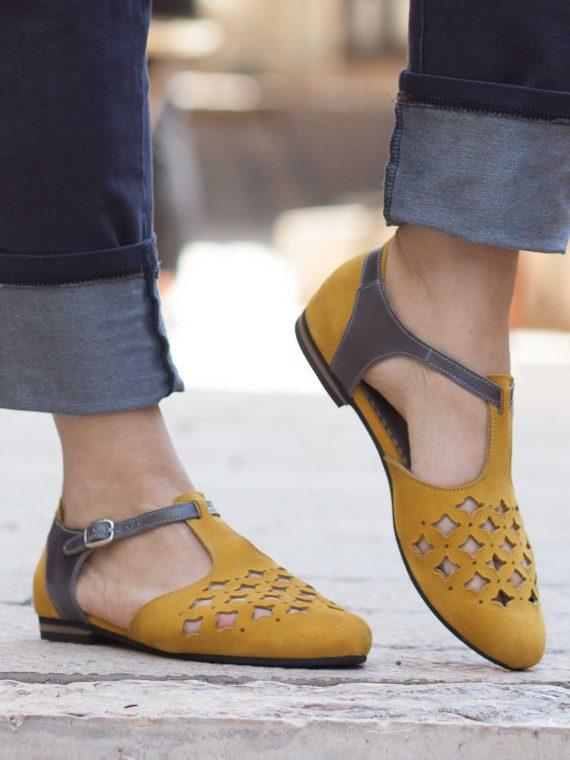 סנדלים צהובים