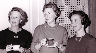 Suzanne Berliss n 1964 with Mrs. Gilbert Kerlin, Mrs. Arthur Berliss Jr., and Mrs. Philip Straus