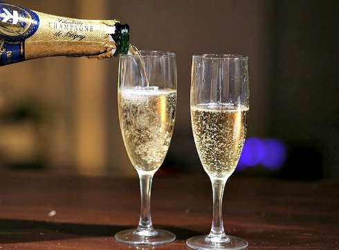 800px-Pouring_champagne