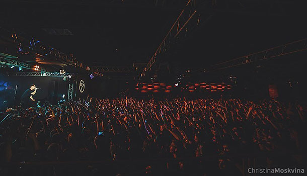 Oxxxymiron playing a show.