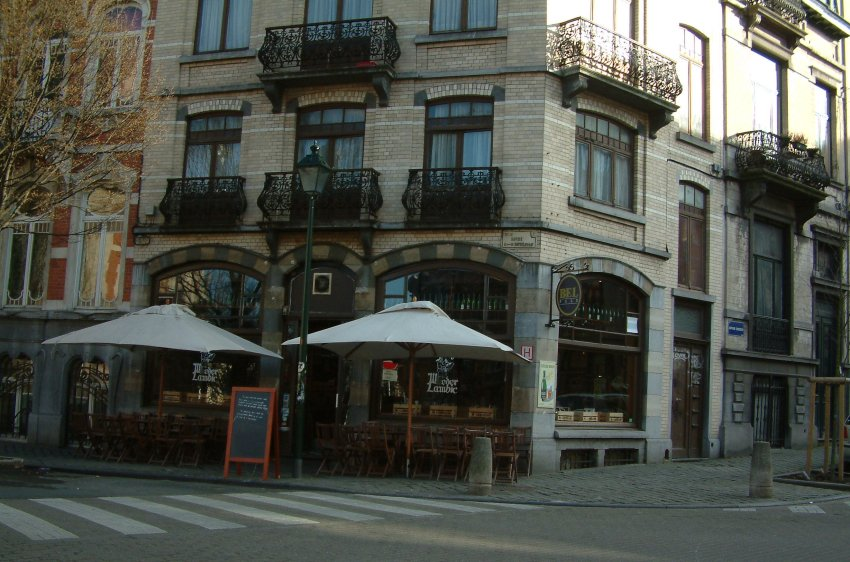 The bar on the corner: outside Chez Moeder Lambic