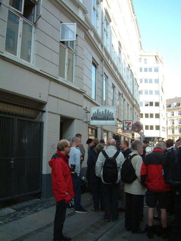 Orderly: queuing for the Mikkeller launch at Ølbutikken, Sept 2008