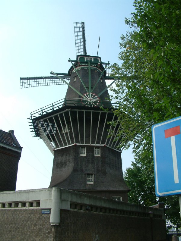 Pronunciation guide to right of picture: 't IJ's windmill