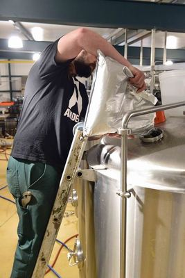 Brewing process, dry hopping