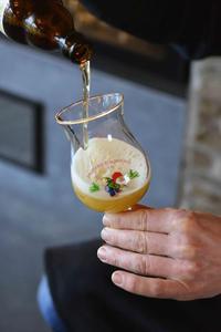 Brasserie D'Achouffe, La Chouffe, Pouring glass