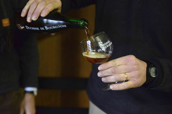 Verhaeghe-Vichte, Duchesse de Bourgogne, glass being poured