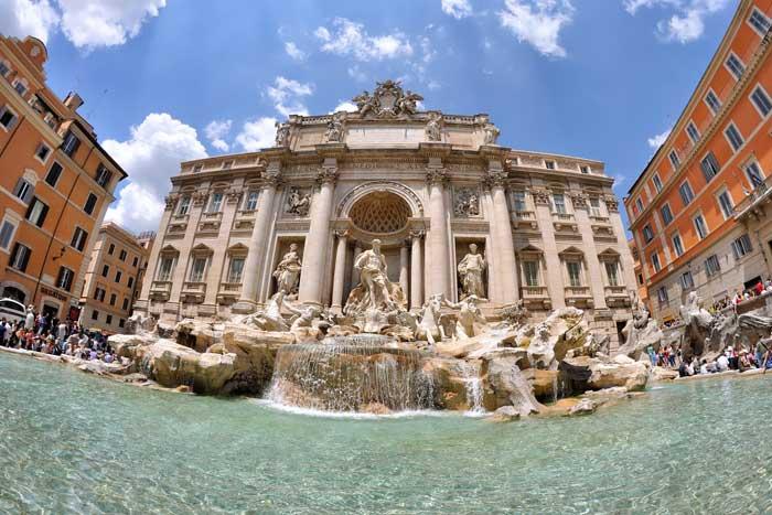 Expansive Fontana di Trevi