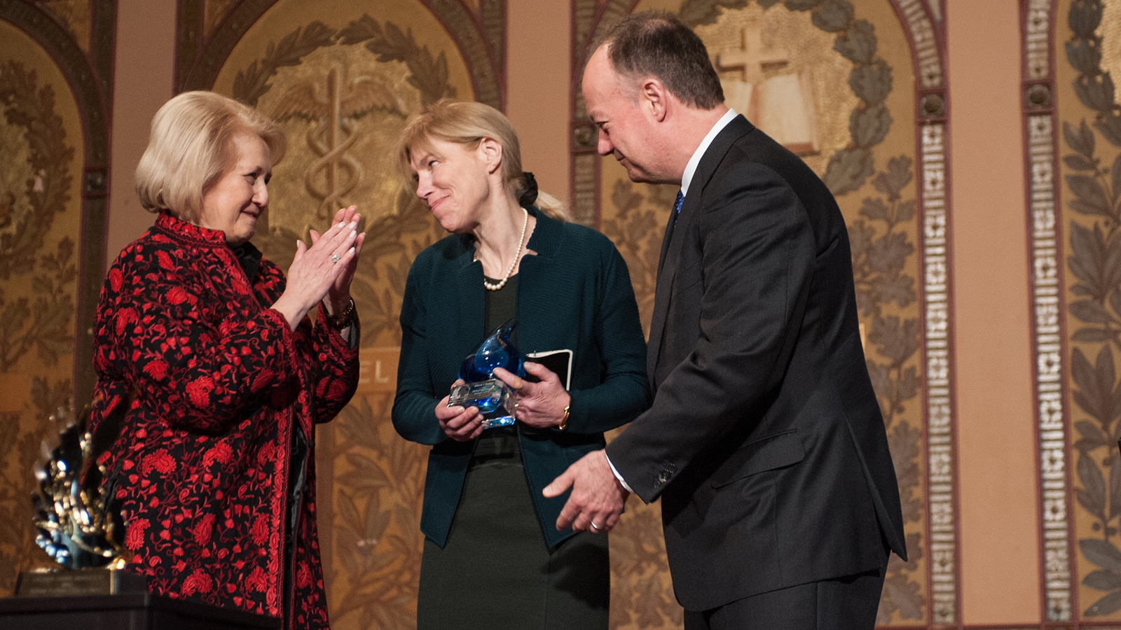 John J. DeGioia and Melanne Verveer present Alissa Rubin with the 2016 Global Trailblazer Award.