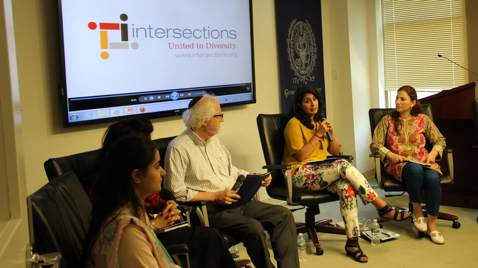 Participants Discuss the U.S.-Pakistan Interreligious Consortium