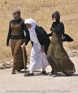 Iraqyazidiwomenwalkingroad2014