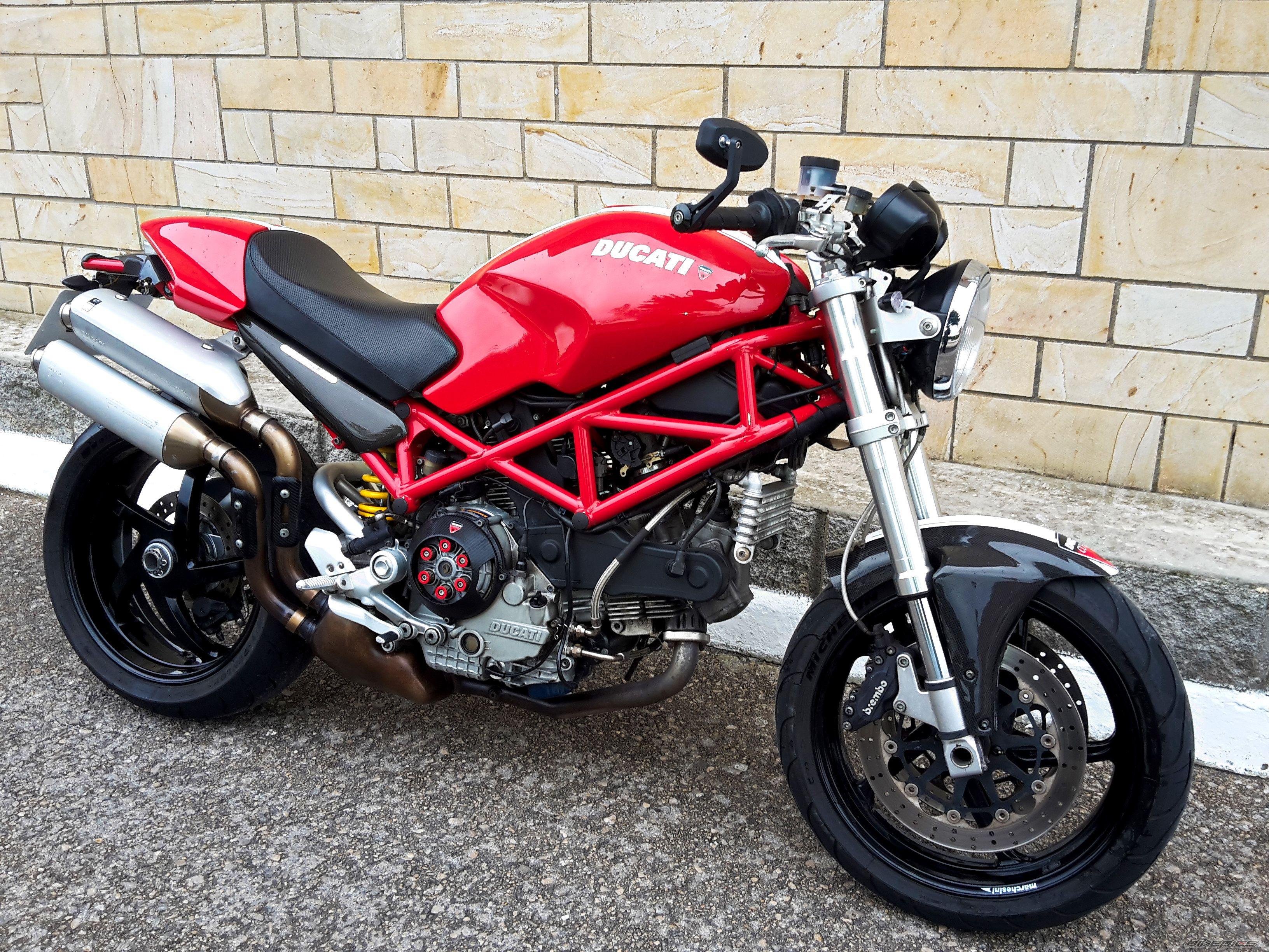 S2R1000 glamour shot : Ducati